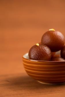ボウルにインドのgulab jamunケーキ