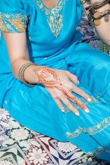 Индийский узор хной на руке