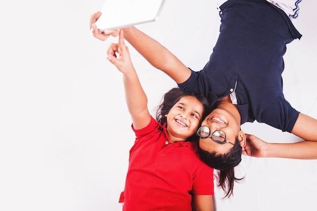 태블릿을 사용하는 인도 아이들