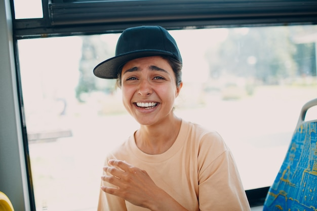 대중 교통 버스 또는 트램을 타고 인도 웃는 즐거운 여자