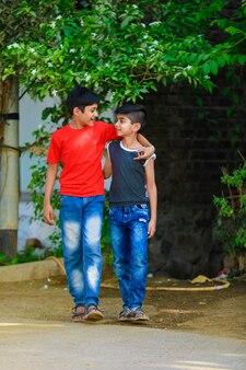 Индийские маленькие дети гуляют вместе