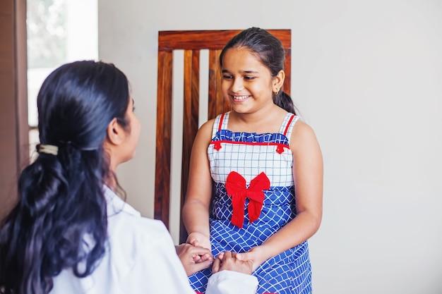 Индийская маленькая девочка получает консультацию психолога