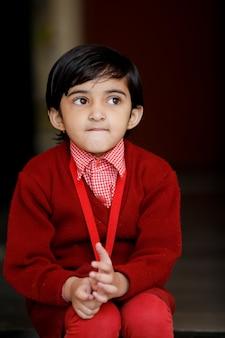 学校の制服を着たインドの少女