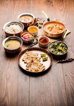 グループでのインドのランチまたはディナーのメインコース料理には、パニールバターマサラ、ダルマカニ、パラクパニール、ロティ、ライスなどが含まれます。