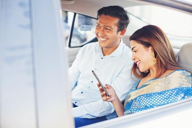 携帯電話アプリを使用してインドの男性と女性