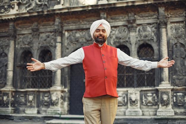 Uomo indiano in una città. maschio in un turbante tradizionale. induista in una città estiva.