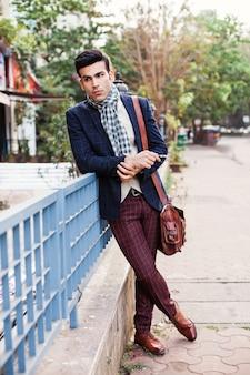 Индийский мужчина, одетый в винтажный костюм, стоя на улице