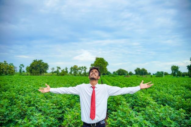 Индийский мужчина наслаждается природой