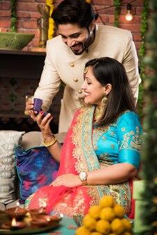 아내에게 깜짝 선물을 주는 인도 남성, 디왈리 또는 결혼 기념일에 보석, 선별적인 집중