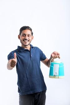 手に水袋または瓶を保持しているインド人