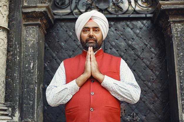 都市のインド人。伝統的なターバンの男性。夏の街のヒンドゥー教徒。 無料写真
