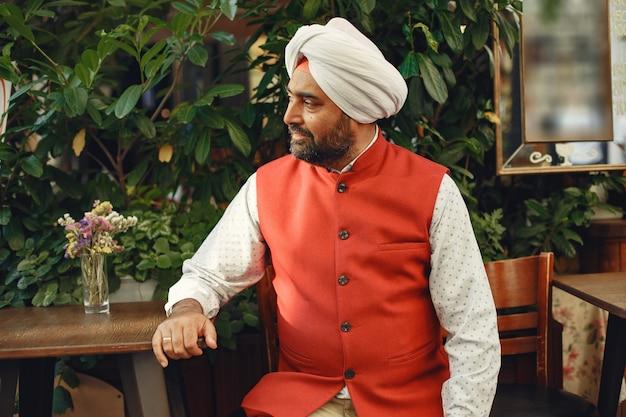 Индийский мужчина в городе. мужчина в традиционном тюрбане. индуист в летнем городе.