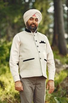 山の中のインド人。伝統的なターバンの男性。ヒンドゥー教徒。