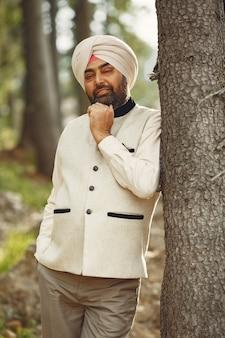Uomo indiano in montagna. maschio in un turbante tradizionale. induista.
