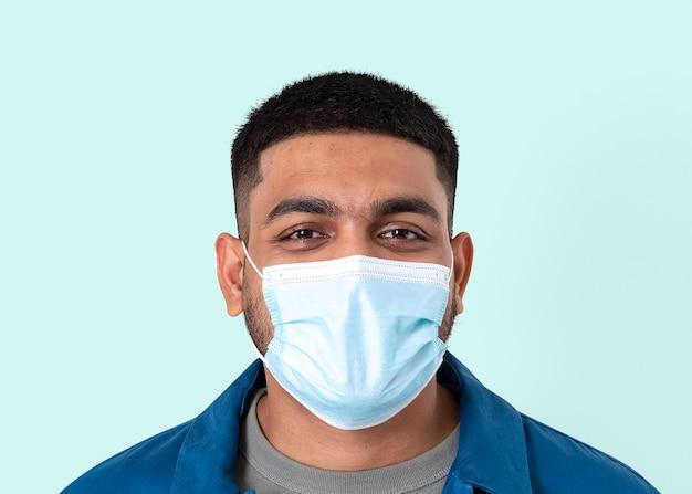 Uomo indiano volontario mockup psd che indossa una maschera facciale nel nuovo nor
