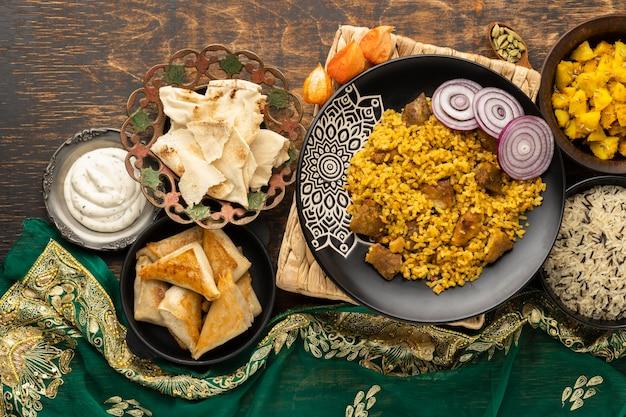 Индийская еда с рисом и сари