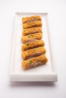 Индийский молочный пирог калаканд или сладкое alwar ka mawa, поданное в тарелке