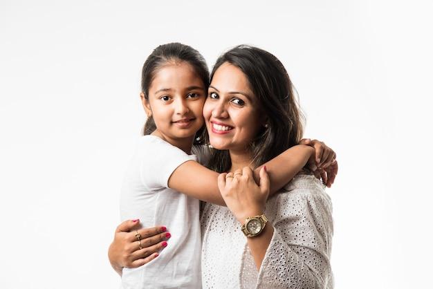 白い背景の上のインドの母娘抱き、キス、乗馬、飛行、ポインティング、白い背景の上に提示