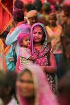 Индийская мать с сыном празднуют фестиваль холи premium фотографии