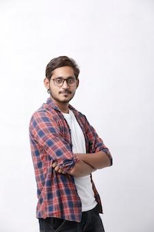 Индийский или азиатский мужчина, давая выражение несколько приятелей на белом фоне