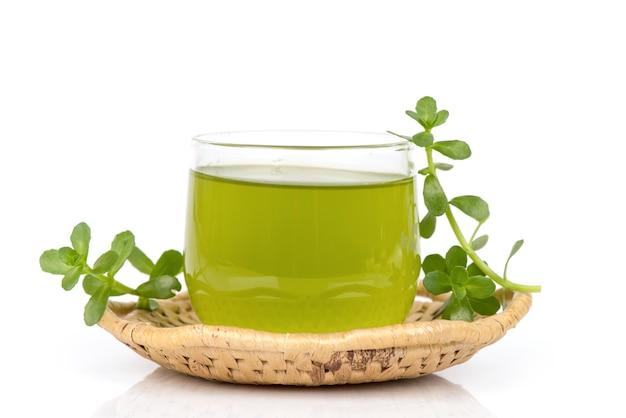 インドのツボクサまたはブラフミ緑の葉と白い背景で分離された抽出物。
