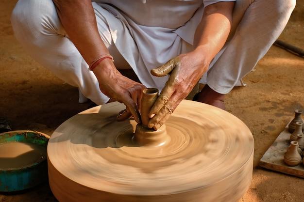 Индийский гончар за работой, шилпаграм, удайпур, раджастхан, индия