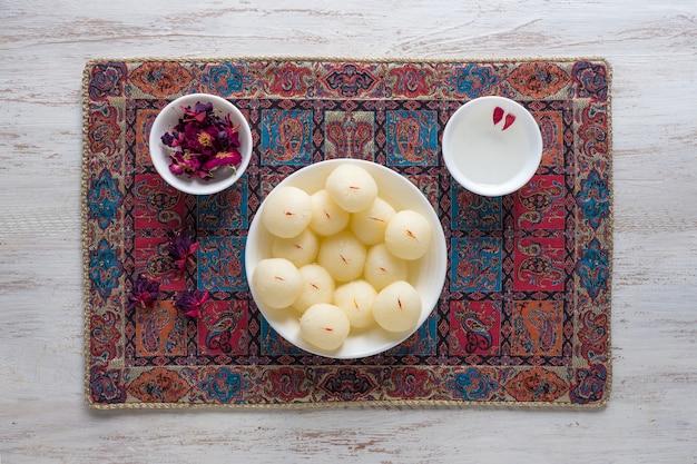 インドのラスグラデザート。ボウルに盛られた甘い上面図