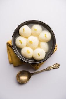 인도 rasgulla 또는 rosogulla 디저트 달콤한 그릇에 제공됩니다. 선택적 초점