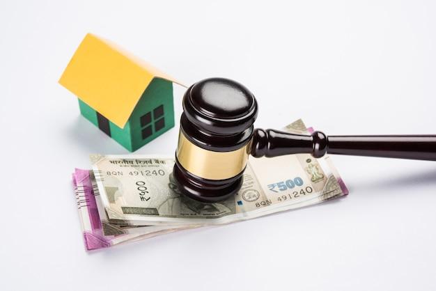 木製のガベル、3d家のモデルと木製のガベル、選択的な焦点を示すインドの不動産法の概念