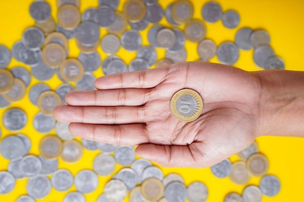 여자 손에 들고 인도 루피 동전