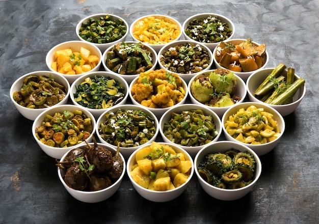 Индийские сабзи, рецепты жареных овощей, подаваемые в белой миске на унылой или красочной поверхности. выборочный фокус