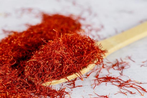나무 숟가락에 인도 사프란 말린 향신료.