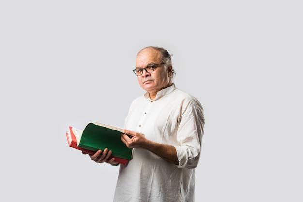 인도 수석 성인 남자 독서 책이나 신문-취미 또는 레저 개념