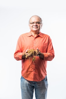 금 보석, 장식품을 들고 인도 수석 남자-은퇴 계획, 자산 또는 금 대출 개념