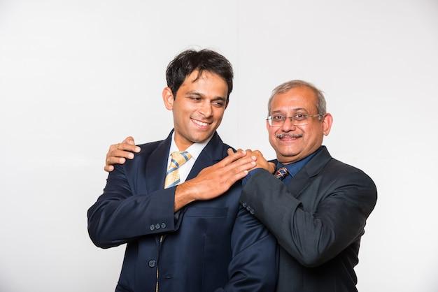 Индийские умные деловые люди или юрист в костюме, стоя как команда, изолированные на белом фоне, глядя в камеру