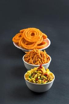 インドの軽食:チャクリ、チャカリまたはムルックとブザン(グラム粉)セブとチバダまたはチワダ。ディワリフード