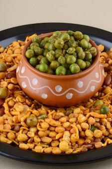 インドのスナック:ミックスとスパイスで揚げたグリーンピース{chatpata matar}。