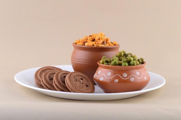 インドのスナック:プレートにミックス、クリームビスケット、スパイスで揚げたグリーンピース{chatpata matar}。