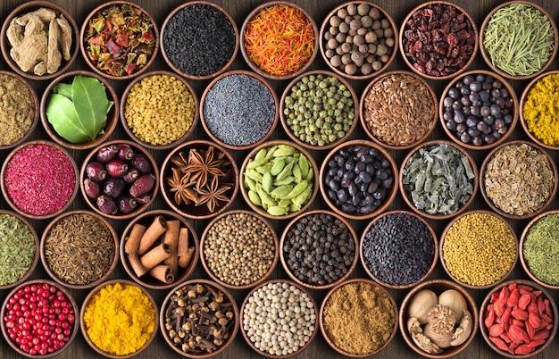 インドのスパイスとハーブの背景。さまざまな調味料、上面図