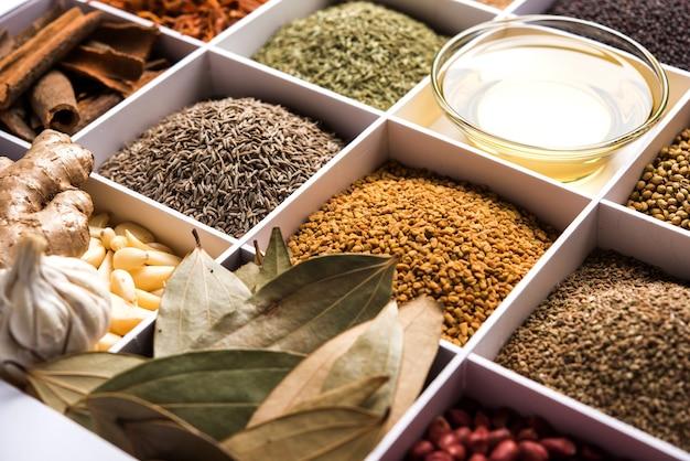 セル、選択的な焦点と白い木製の箱のインドのスパイス。