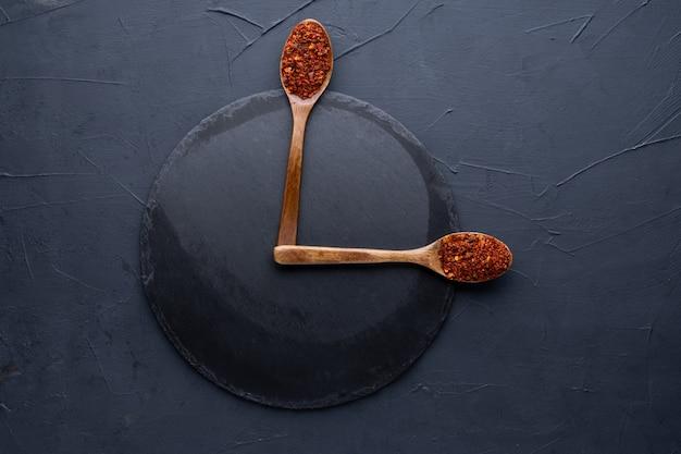 어두운 시멘트 배경 위에 나무 숟가락에 인도 향신료 선택. 음식 또는 매운 요리 개념, 건강한 식사 배경