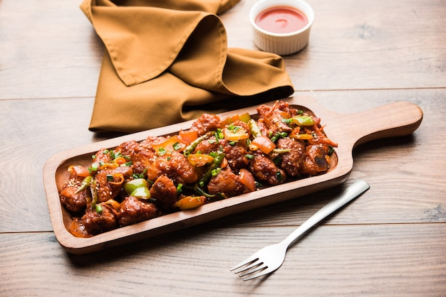 インドのスターターチリチキン、プレートでお召し上がりいただけます