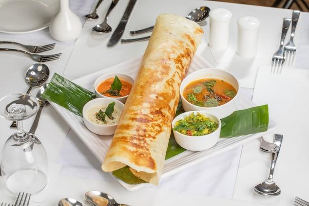 南インド料理からのインドの屋台の食べ物プレーンドーサ