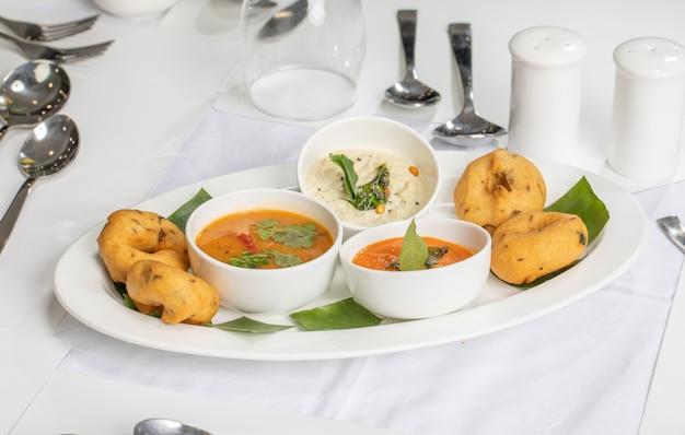 インドの屋台の食べ物サンバーバダまたはドーナツ、ウラドダル小麦粉、南インドのスナック食品で作られました