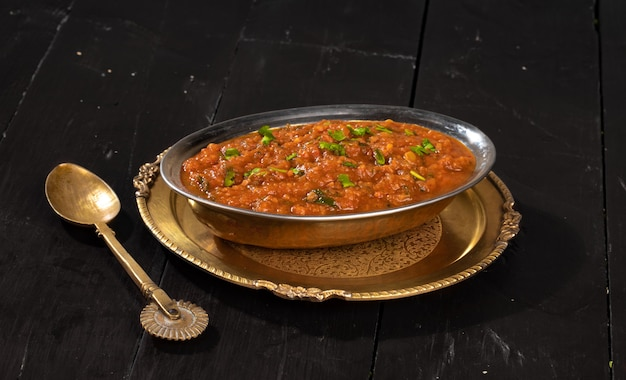 Indianstreetベジタリアンファーストフードpavbhaji、ジャガイモ、エンドウ豆、上質な小麦粉、その他のインドのスパイスで作られています
