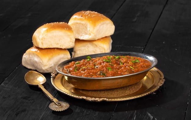 감자, 완두콩, 고운 밀가루 및 기타 인도 향신료로 만든 인도 거리 채식 패스트 푸드 pav bhaji