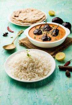 인도 스타일 chawli aloo subjiãƒâ'ã'â 또는 sabzi, 긴 콩 및 감자 건조 튀김, 그릇, 선택적 초점 제공