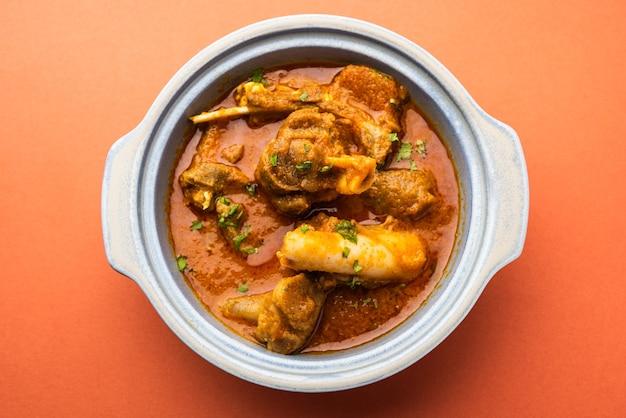 Мясное блюдо в индийском стиле или баранина или гошт масала или роган джош из баранины, подаваемое в миске, выборочный фокус