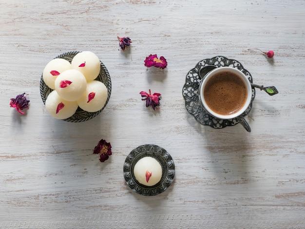 Индийский сладкий десерт подается в миске