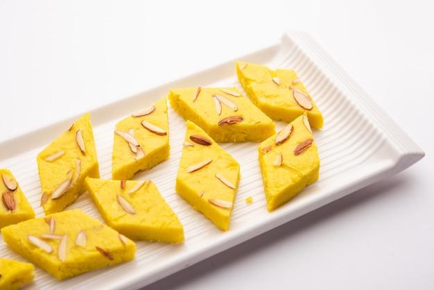 インドのスウィートフードバダムバルフィはアーモンドスウィートバーフィまたはミタイ、バーフィーとしても知られています
